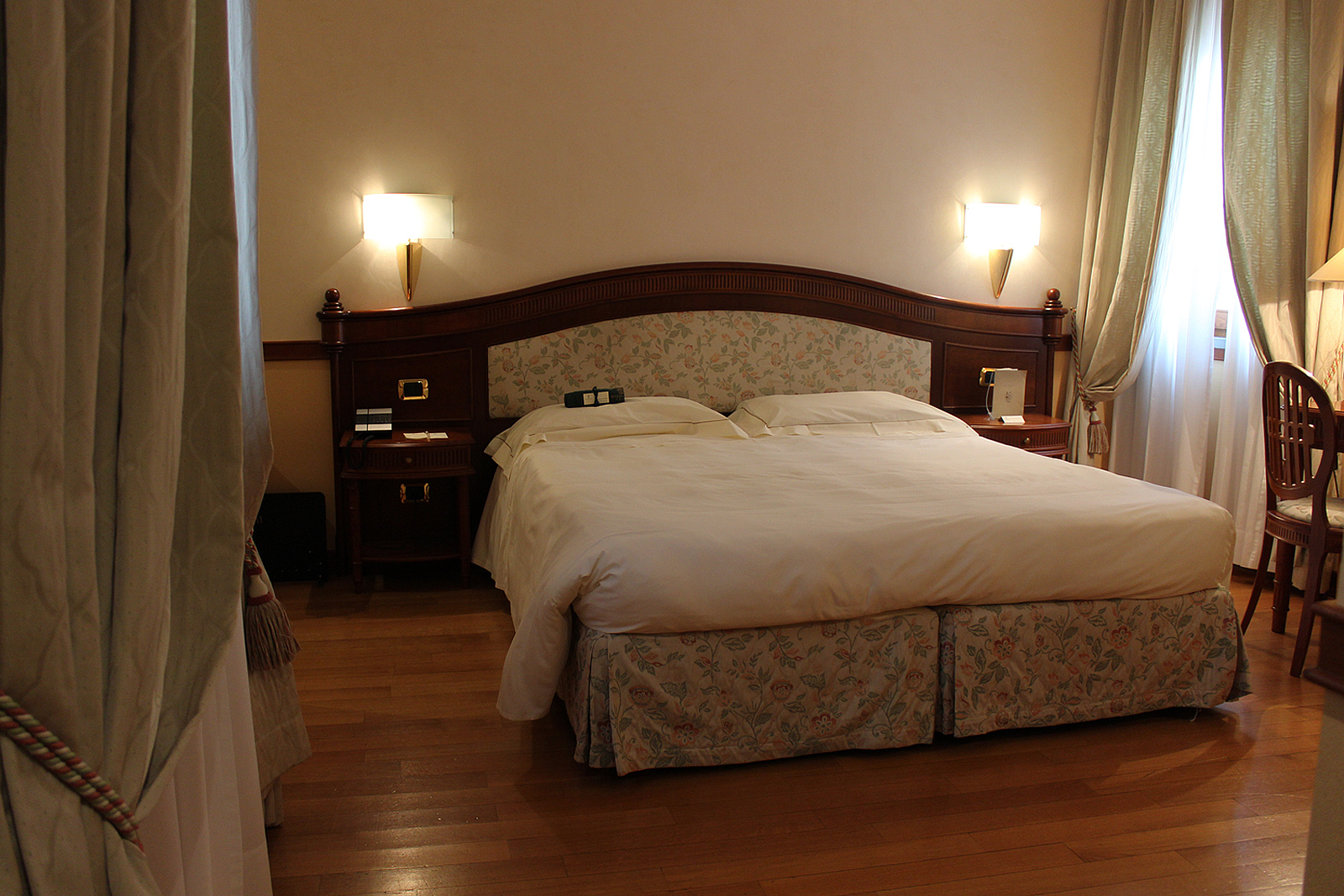 Wheelchair Accessible Hotel Room At Hotel Degli Orafi
